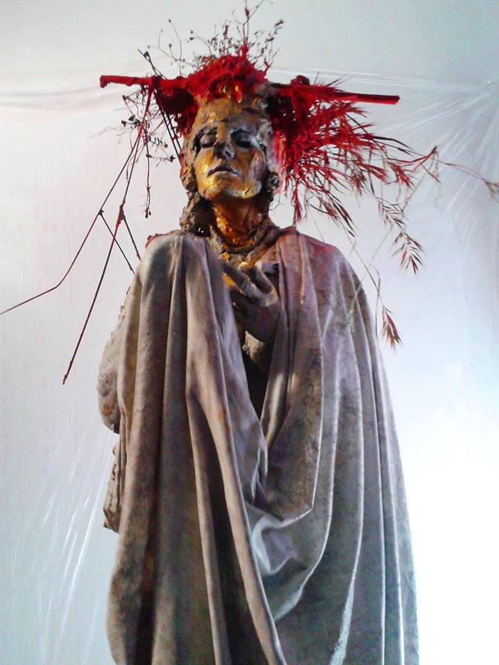"""Performance """"S - Cultura, ferite nell'arte"""" realizzata con Damiana Ardito all'interno dell'evento """"Nella mia ferita sgorga il tuo sangue"""" a cura di Ilaria Palomba e Marco Fioramanti, presso il Caffè Letterario di via Ostiense, Roma."""